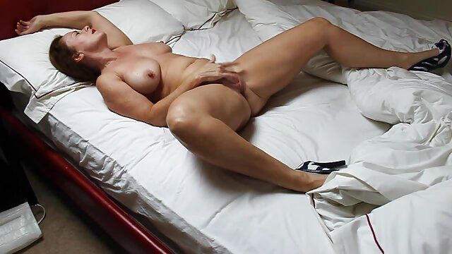 Una chica joven y muy guapa de mirada penetrante se desnuda, acaricia su cuerpo, porno español reciente y regala magníficos minutos de placer