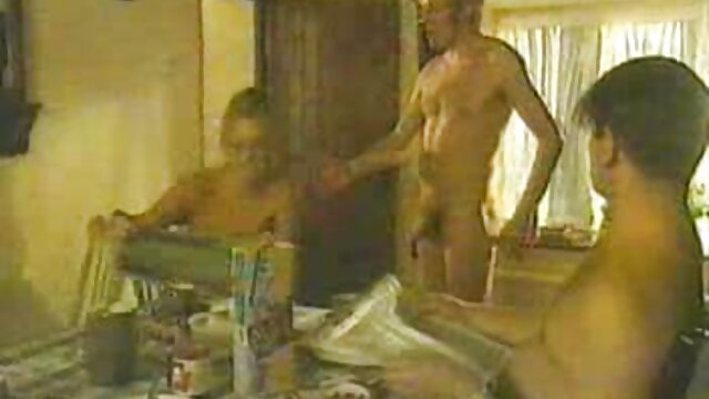 Mamá tetona se sube al coche de su amante, xxx colegialas españolas que la espera no muy lejos de su casa y se va con él al hotel, donde el tío de su rabo gordo se folla duramente a esta zorra insaciable