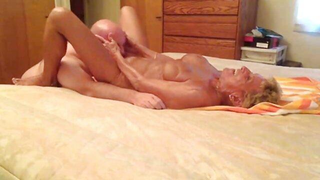 Una videos xxx castellano joven rubia juega con un chico a primera hora de la mañana y folla