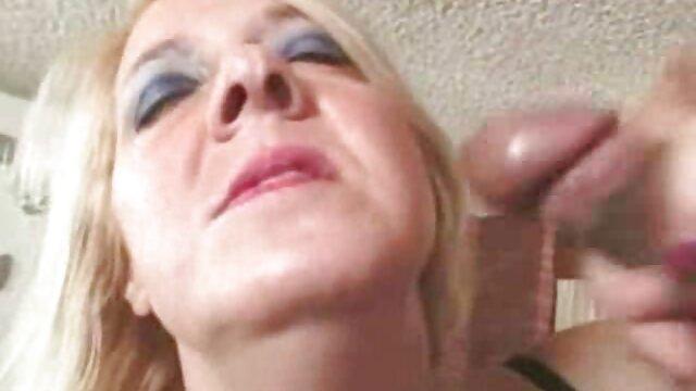 La sexy porno traducido en castellano Veronica se sienta en la polla del cliente