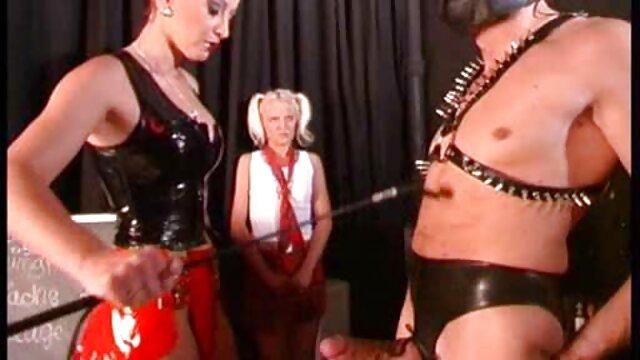 Amigo folla ferozmente a una potra roja en el establo sexso en castellano