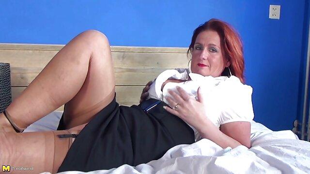 La rubia tetona intenta hasta el final sentarse sobre el pene gordo de su hijo de puta, le duele mucho a la perra, pero a ella le gusta porno doblado a español mucho, el anal está a punto de estallar, la perra grita y gime de placer
