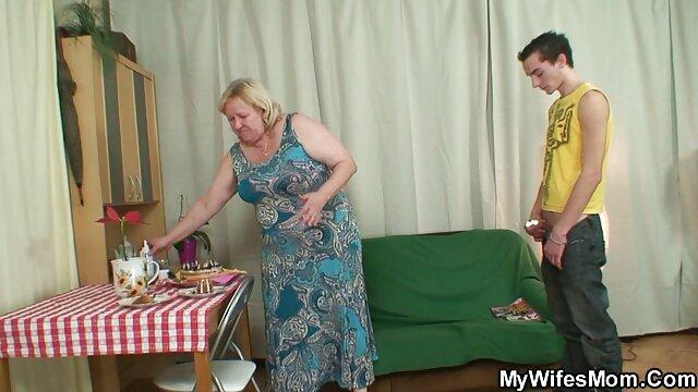 Puta rubia en amateurs españolas lencería chupa una polla gorda con pasión