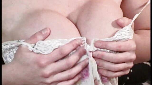 Dos porno en español sub zorras lujuriosas se divierten en la terraza